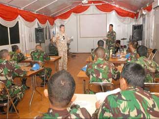 Prajurit TNI Menerima Penyuluhan Tentang Perilaku Dan Disiplin Di Kongo