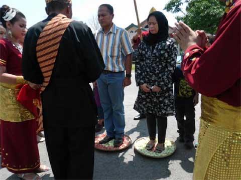 Letkol Inf Budianto Disambut Tradisi Tepung Tawar