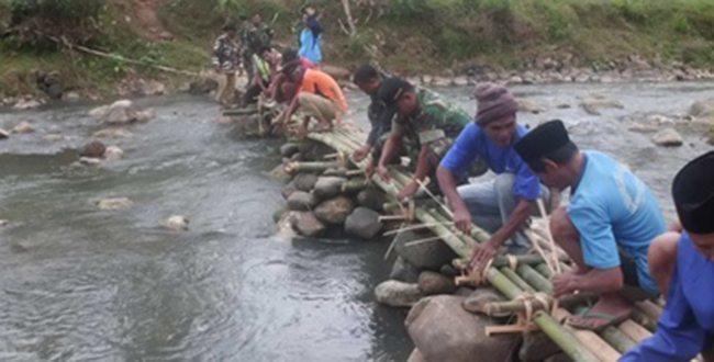 Koramil 1223/Sodonghilir Kodim 0612/Tsm Melaksanakan Karya Bakti Pembuatan Jembatan