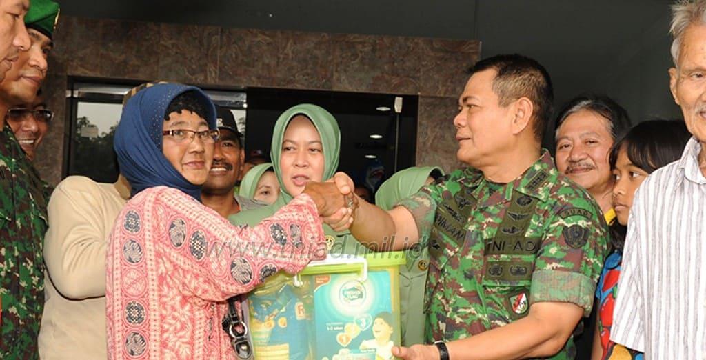 TNI ANGKATAN DARAT BANTU WARGA PENGUNGSI KORBAN BANJIR JAKARTA