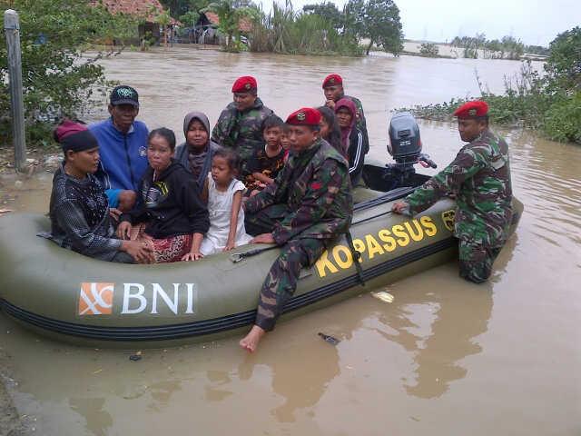 Kopassus sedang mengevakuasi warga Muara Bakti ,Babelan, ,Bekasi,Senin ( 20 Januari 2014)