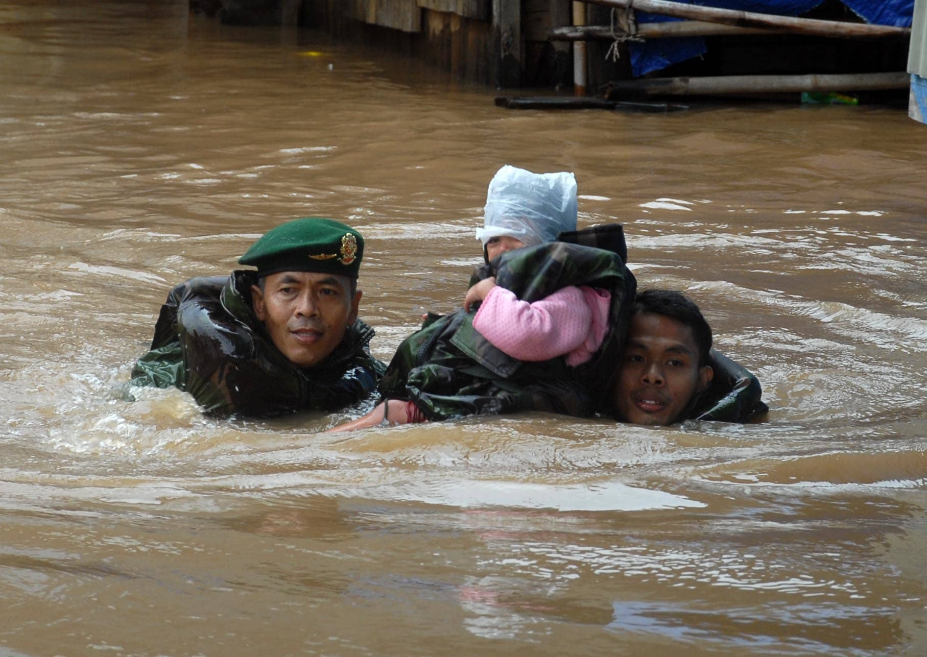 evakuasi korban banjir kampun pulo 19-1-14 (2)
