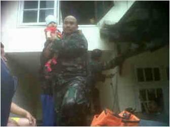 mil ciledug evakuasi banjir