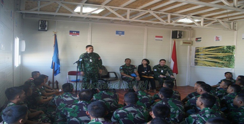 Interaksi Komandan PMPP TNI Dengan Prajurit Satgas Kizi TNI Konga XXXII-C/MINUSTAH