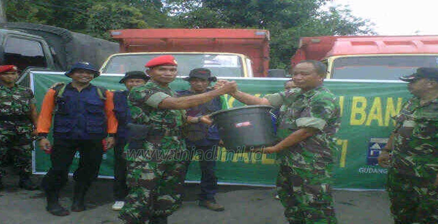 "Grup-2 Kopassus Salurkan Bantuan ""1000 Ember Bahagia"""