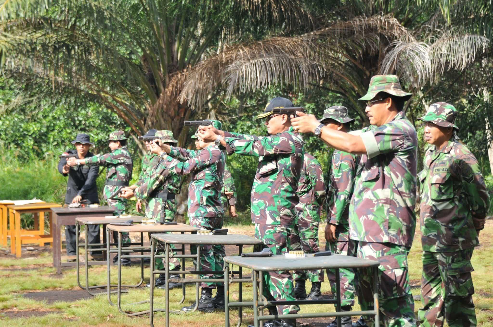 Perwira Kodam XII/Tpr Laksanakan Latihan Menembak