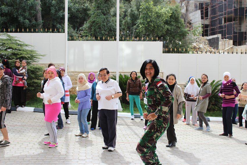 Wan TNI Indobatt Periksa Kesehatan TKI di KBRI Beirut
