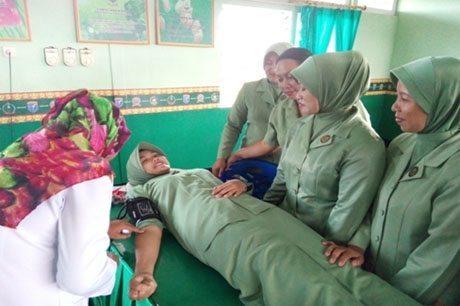 Jelang HUT Ke-68 dan Dharma Pertiwi Ke-50 Persit KCK Cabang XLVI Kodim 1202/Skw Gelar Donor Darah