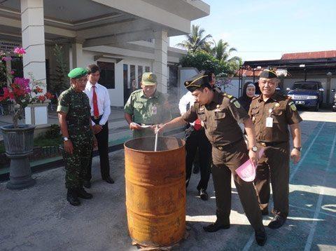 PASI INTEL KODIM 1003/KDG MENGHADIRI PEMUSNAHAN BARANG BUKTI HASIL TINDAK PIDANA KEJAHATAN