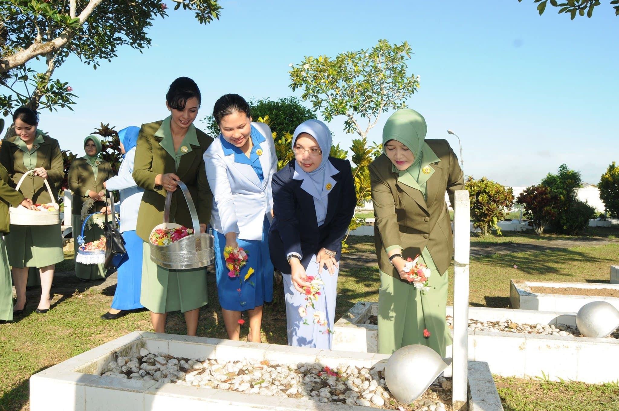HUT ke 68 Persit KCK PD XII/Tpr Ziarah ke Makam Pahlawan Dharma Patria Jaya