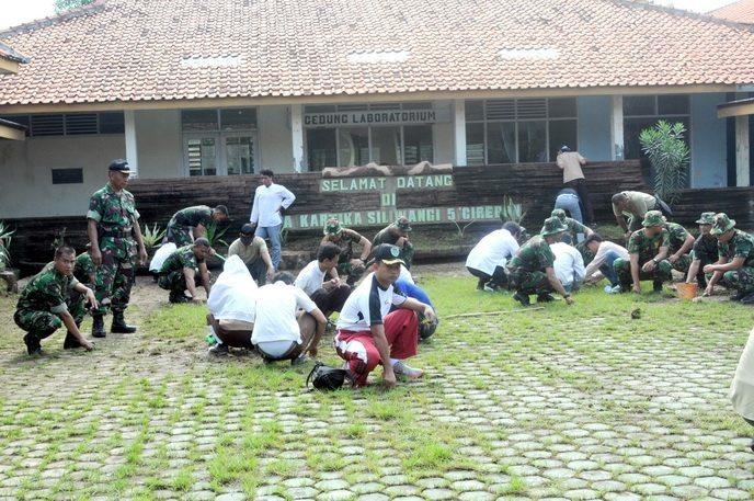 Prajurit Korem 063/SGJ Bebersih di SMA Kartika XIX 5 Kota Cirebon
