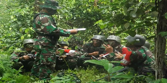 Prajurit Yonif 641/R Latihan Taktis Infiltrasi Darat