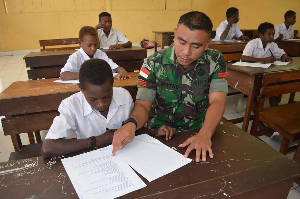 Satgas Pamtas RI-PNG YONIF 320/BP Peduli Pendidikan Generasi Muda di Tapal Batas