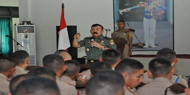Komandan Kodiklat TNI AD Memberikan Pembekalan Kepada Para Taruna Akmil