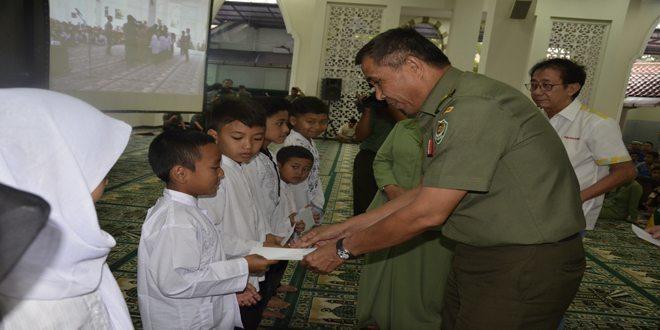 Penyerahan Santunan Dari, Pangdam III/Slw dan Ketua Persit KCK Daerah III/Slw dan Dirut PT. Sido Muncul Kepada Anak Panti/Yatim Piatu