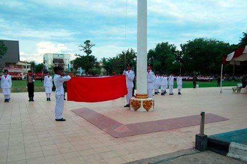Anggota Kodim 1002/Brb Mengikuti Upacara Penurunan Bendera Merah Putih