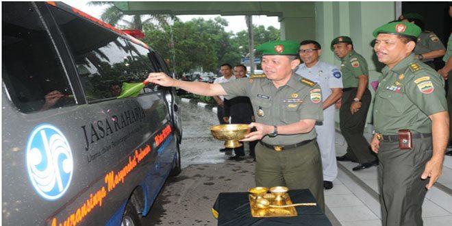 Karumkit TK. II Terima Satu Unit Mobil Ambulance