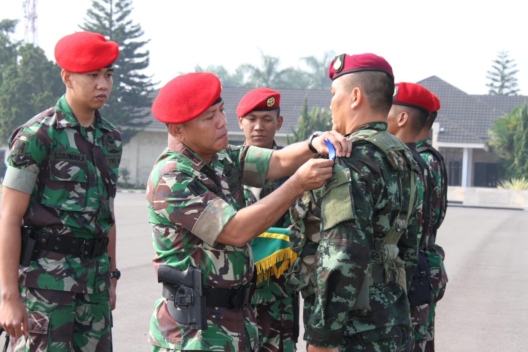Wadanjen Kopassus Brigjen TNI M Herindra MA pita tanda negara peserta latma Tiger XVIII di Pusdikpassus Bandung