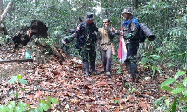 Penangkapan Penebang Kayu Liar Oleh Satgas Pamtas RI-Malaysia Yonif Linud 501 Kostrad Pos Siding