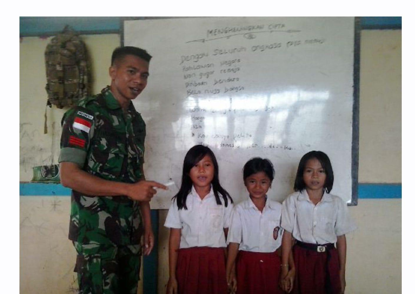 Satgas Yonif Linud 501/Bajra Yudha Menjadi Tenaga Guru di Daerah Perbatasan