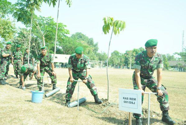 1 Kasrem 081 DSJ Letnan Kolonel Czi Djoko Wibowo saat membuat lubang Biopori