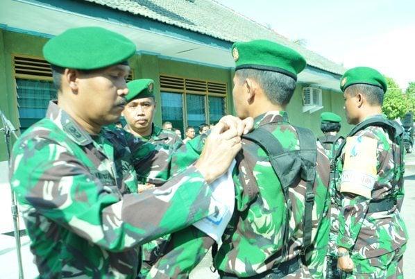 1.Kasrem 081 DSJ Letkol Czi Djoko Wibowo saat pemasangan tanda latihan kepada pendukung
