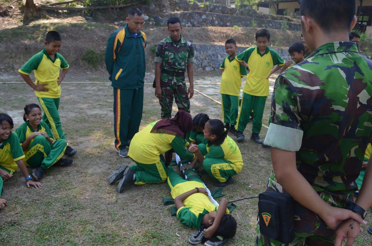 Prajurit Brigif 19/Khatulistiwa Pelatihan PBB dan P3K Siawa-Siswi SMP 11Wonosari Singkawang