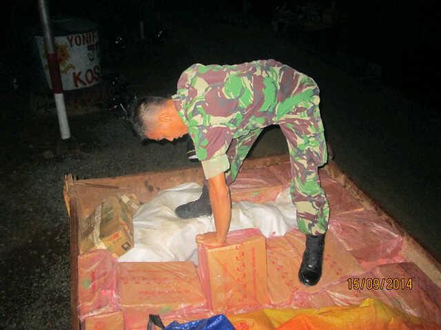 Satgas Pamtas Yonif 501/Bajra Yudha Pos Jagoi Babang amankan 2 Ton Sosis, 1,5 Ton Ikan dan 1,5 Ton daging