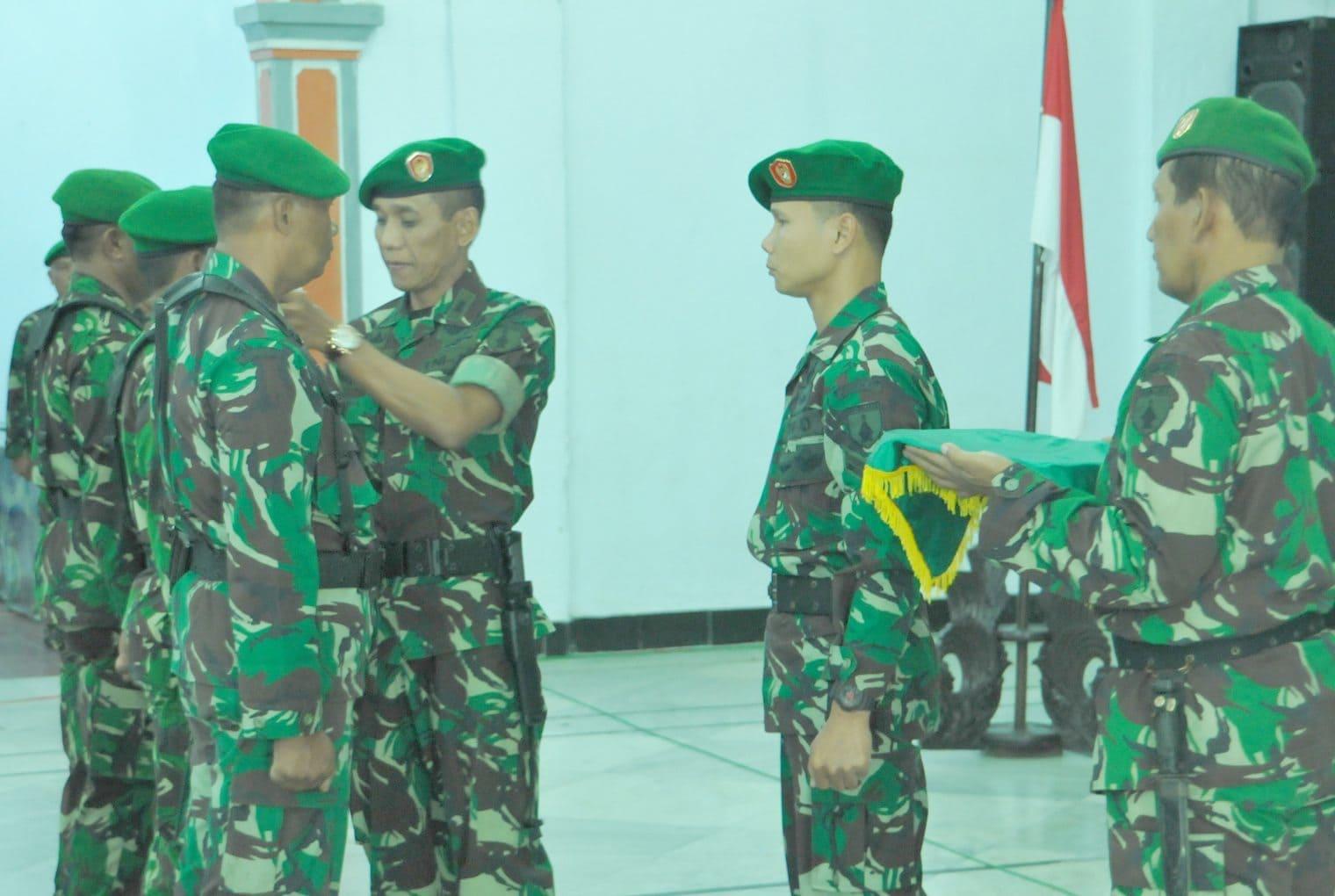 6.Komandan Korem 081 DSJ Kolonel Czi M. Reza Utama saat penanggalan tanda peserta latihan