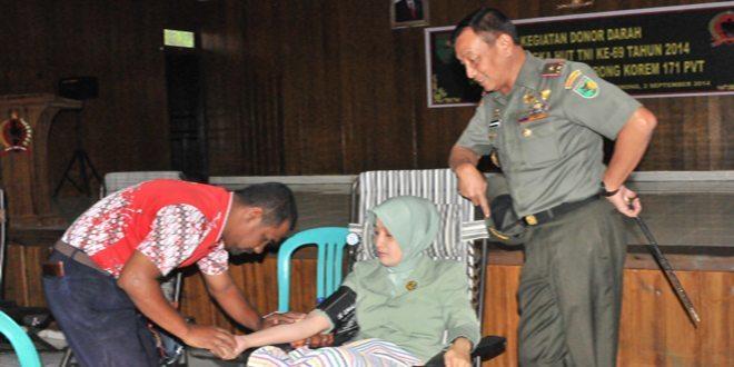 Prajurit dan PNS Jajaran Korem 171/PVT Laksanakan Donor Darah HUT Ke-69 TNI Tahun 2014