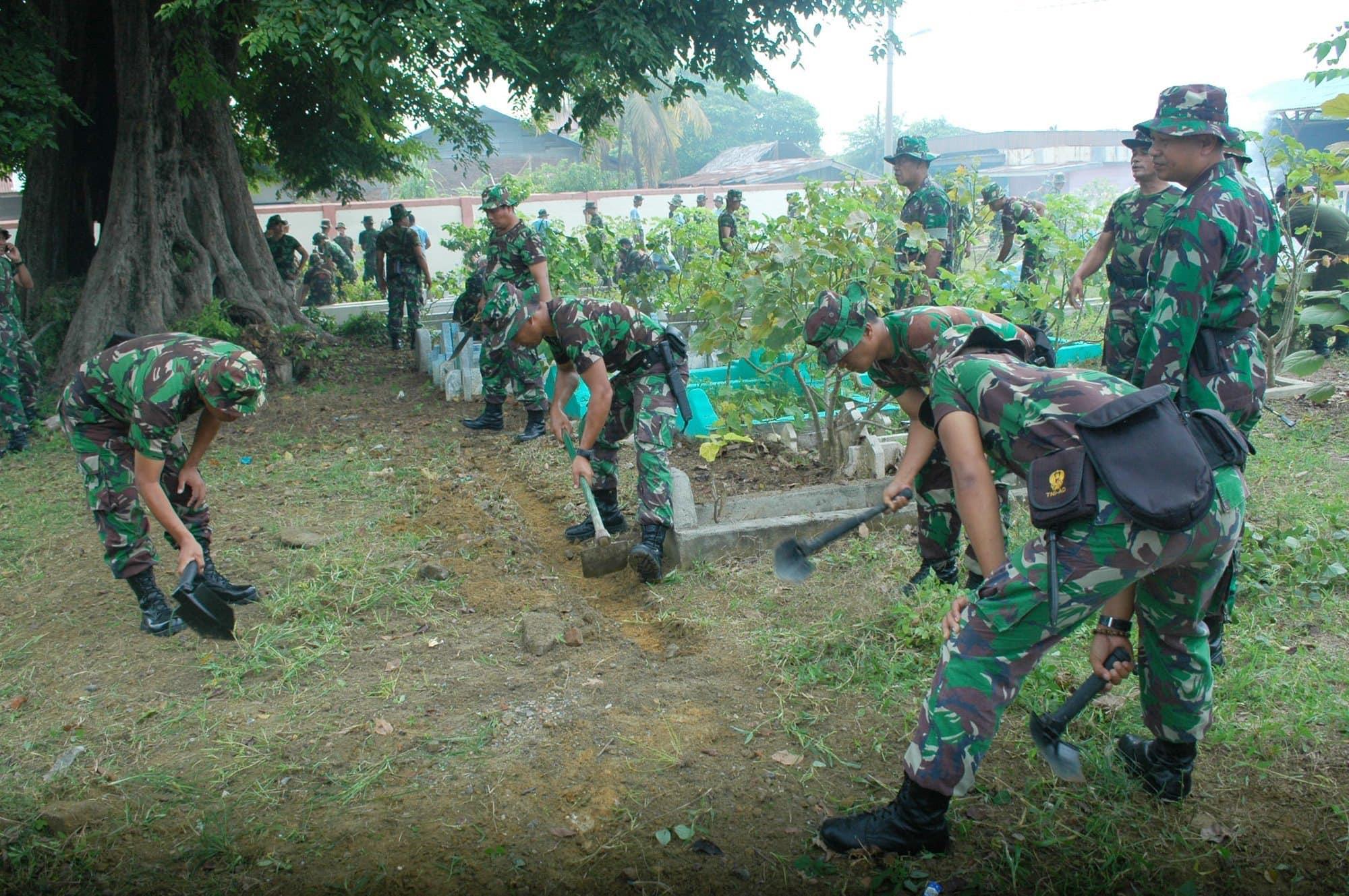 SAMBUT HUT KE-69 TNI KOREM 011/LW GELAR KARYA BHAKTI MEMBERSIHKAN TEMPAT PEMAKAMAN UMUM ISLAM GAMPONG HAGU TENGOH DAN MON GEUDONG