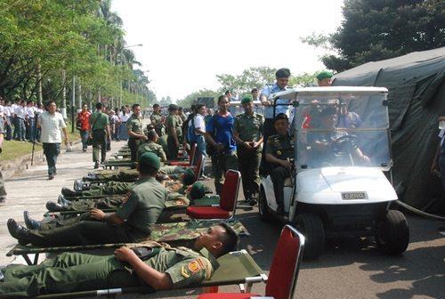 Prajurit TNI Serentak Mendonorkan Darahnya