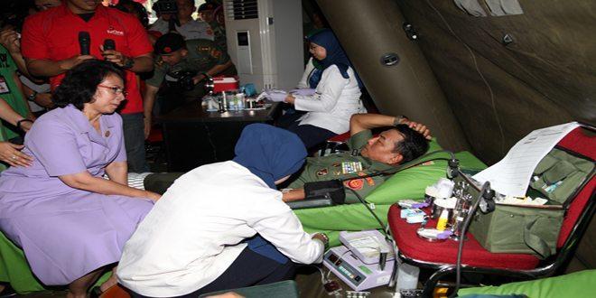 Prajurit TNI dan Polri Ikuti Donor Darah HUT ke-69 TNI