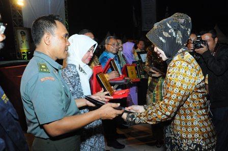 TNI AD MERAIH PENGHARGAAN TERFAVORIT RIAU EXPO 2014 DI BUMI LANCANG KUNING