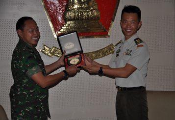 DIREKTUR PENDIDIKAN KODIKLAT TNI AD TERIMA KUNJUNGAN PERTUKARAN DOSEN SESKOAD SINGAPURA DAN AUSTRALIA
