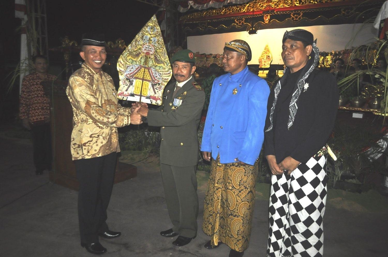 PAGELARAN WAYANG KULIT SEMALAM SUNTUK BERSAMA RAKYAT DALAM RANGKA HUT KE-69 TNI DI MAKOREM 082/CPYJ
