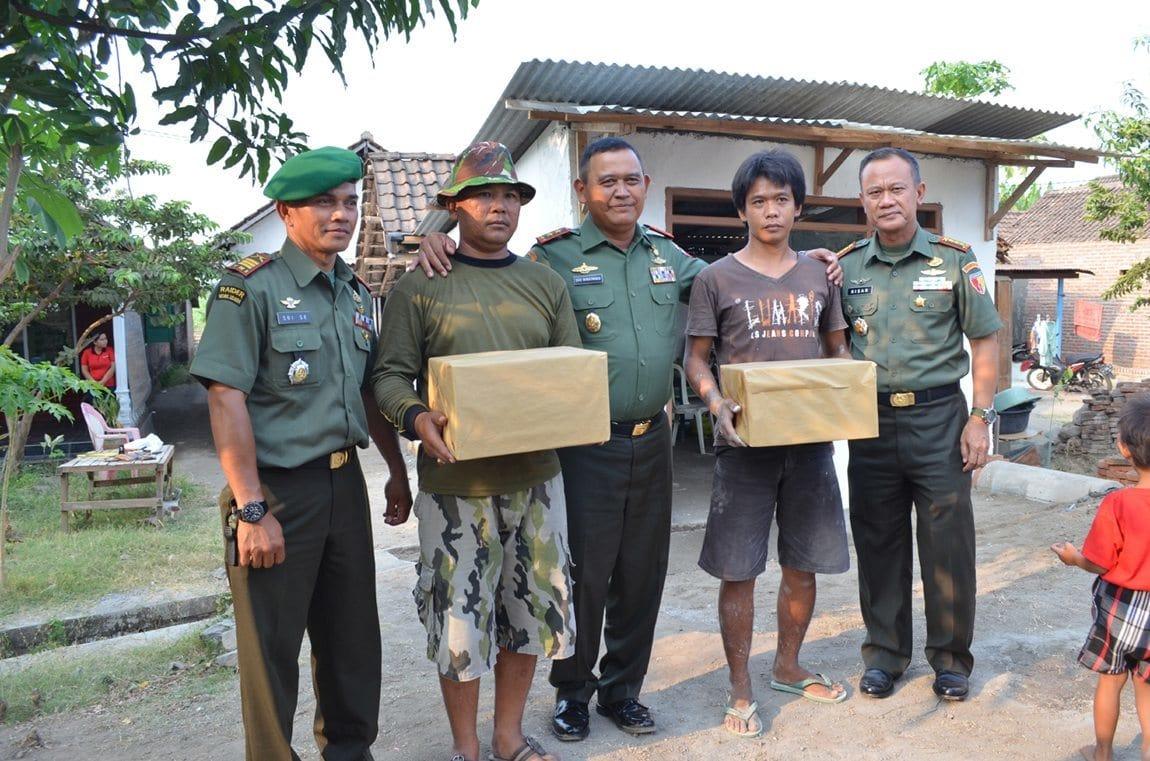 PANGDAM V MEMBERIKAN BINGKISAN KPD AGGT TNI DAN WARGA YG MEMBANGUN RTLH DIPORONG KODIM 0816 SIDOAJO