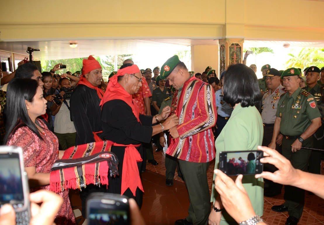 """""""Kasad menerima gelar adat kehormatanKapitangKabaresi Elake Sakamese Pata Siwalima Maluku"""""""
