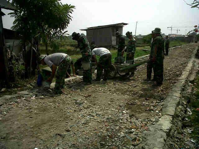 Prajurit Kodam Jaya Pulihkan Jalan Rawa Malang