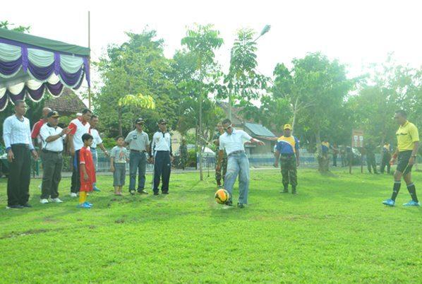 1 Komandan Korem 081 DSJ Kolonel Czi M. Reza Utama saat menendang Bola tanda dimulainya pertandingan