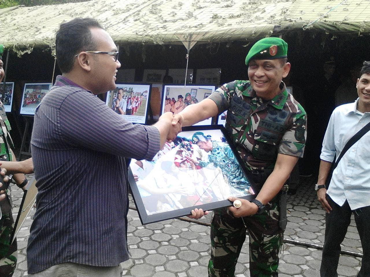 Pangdam IM Serahkan Foto Kepada Presiden BEM Unsyiah