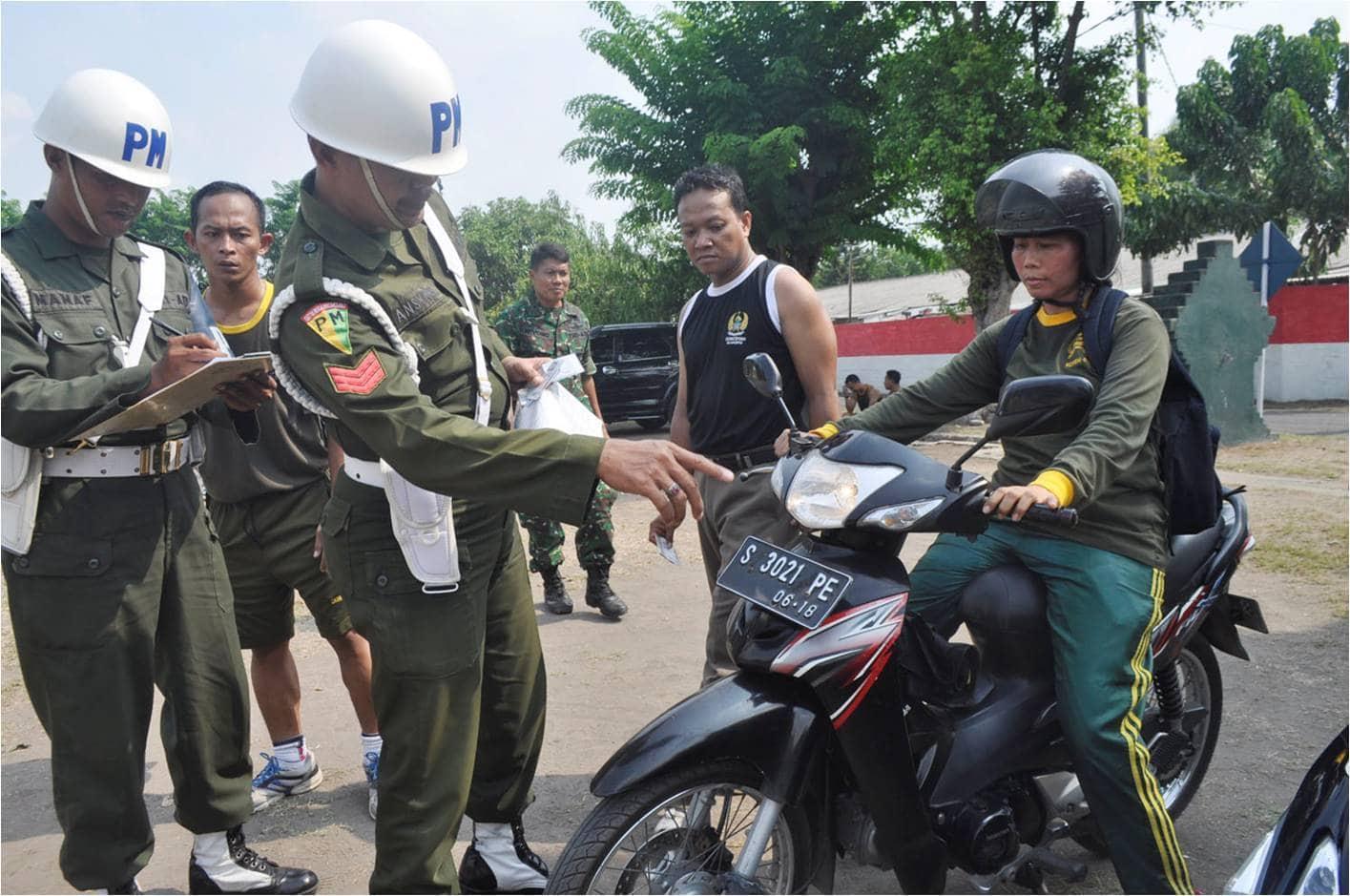 3. Anggota Denpom Mojokerto memeriksa kelengkapan kendaraan anggota Korem 082