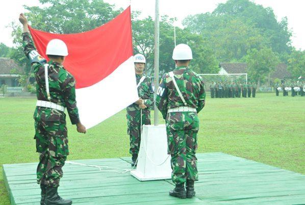 6. Anggota Provost saat mengibarkan Bendera pada Upacara 17san