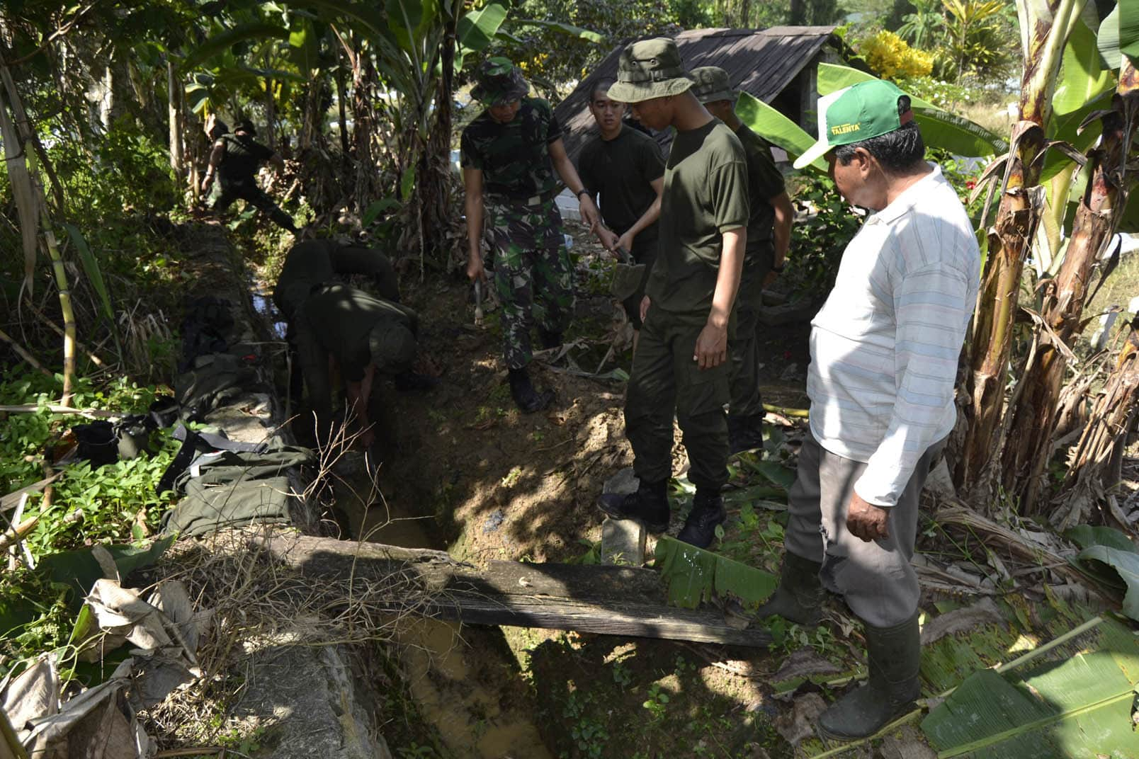 Yonif 643/Wns bersama Warga Karya Bhakti Perbaikan Parit dan Bersihkan Makam