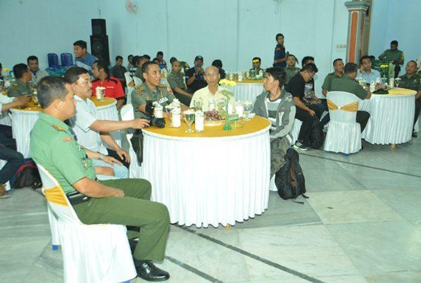 8. Komandan Korem 081 saat acara bersama Dandim 0803 Madiun dan para wartawan