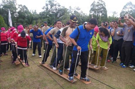 Jalin Kebersamaan Yonarmed 16/105 Tarik Menggelar Jalan Santai dan Senam Airobik bersama Anggota Polres Landak