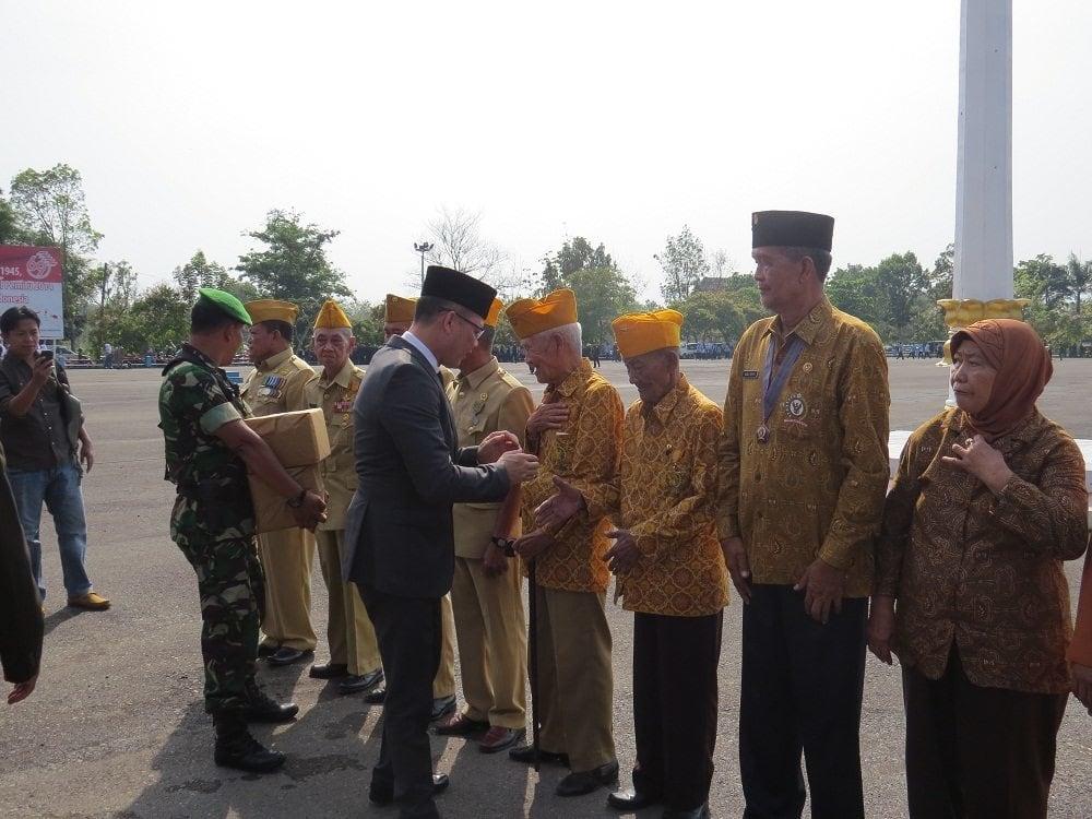 Pemberian bingkisan dari Kodim 0405 Lahat, diserahkan secara simbolis oleh Bupati Lahat H Saifudin Aswari Rivai, kepada para veteran