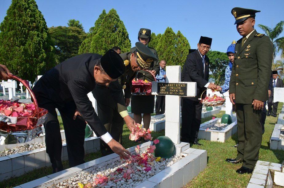 KASDAM XVI/PATTIMURA HADIRI ZIARAH DAN TABUR BUNGA HARI PAHLAWAN