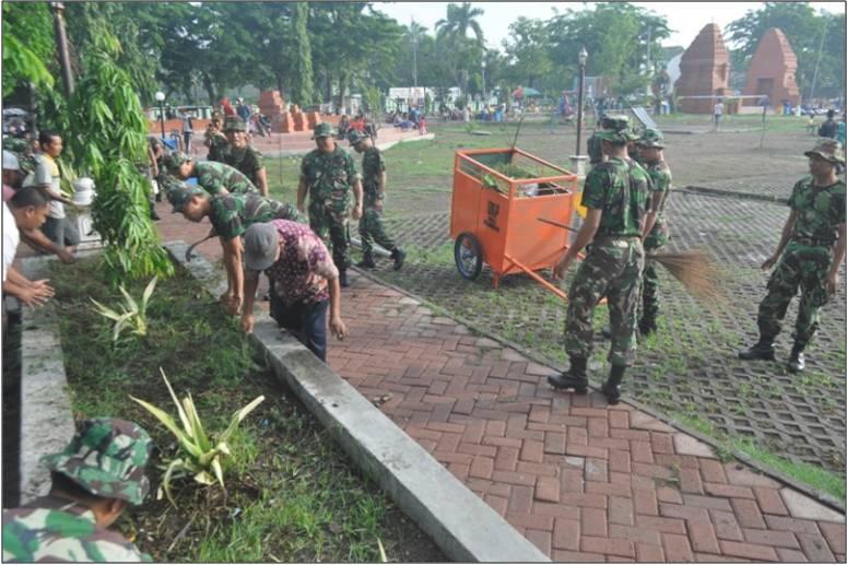 2. Anggota TNI dan Warga membersihkan Alun – Alun