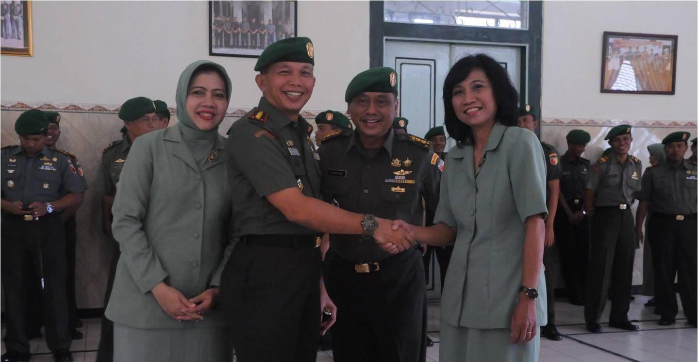 2. Foto bersama Danrem 082 CPYJ dan mantan Kasrem 082 CPYJ beserta isteri